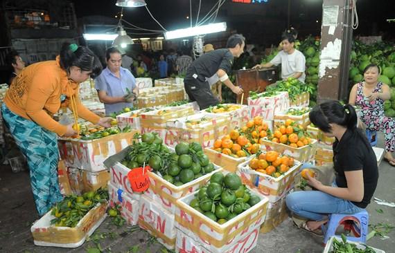 Trái cây trong nước bán tại chợ .