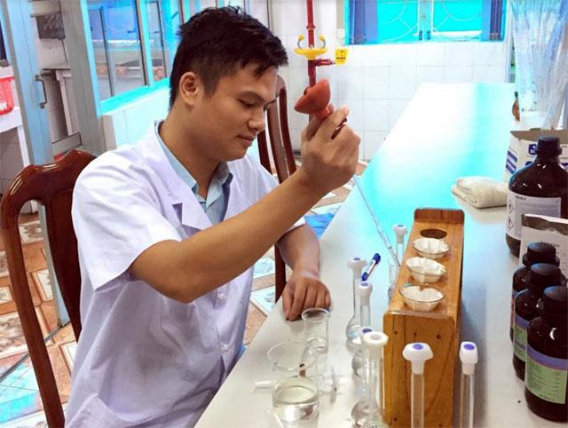 Cán bộ Trung tâm phân tích mẫu ở phòng kiểm nghiệm mỹ phẩm.