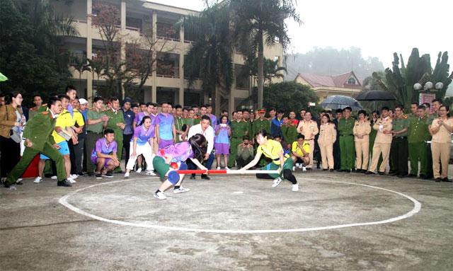 Cán bộ, chiến sỹ Công an tỉnh tham gia thi đấu môn đẩy gậy.