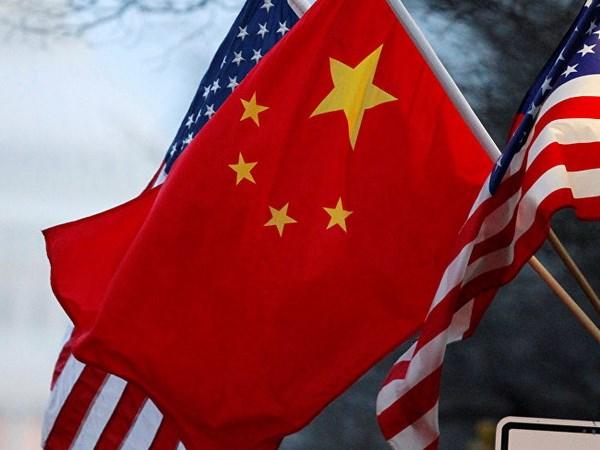 Quốc kỳ của hai nước Mỹ và Trung Quốc.
