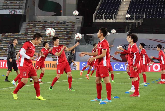 Đội tuyển Việt Nam luyện tập trước ngày diễn ra trận đấu. (Ảnh kinhtedothi.vn)