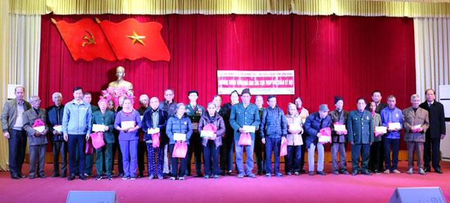 Đại diện Báo Tiền Phong cùng lãnh đạo Hội Cựu TNXP, Tỉnh đoàn Yên Bái trao tặng quà cho các cựu TNXP tỉnh Yên Bái có hoàn cảnh khó khăn nhân dịp tết Nguyên đán 2019.