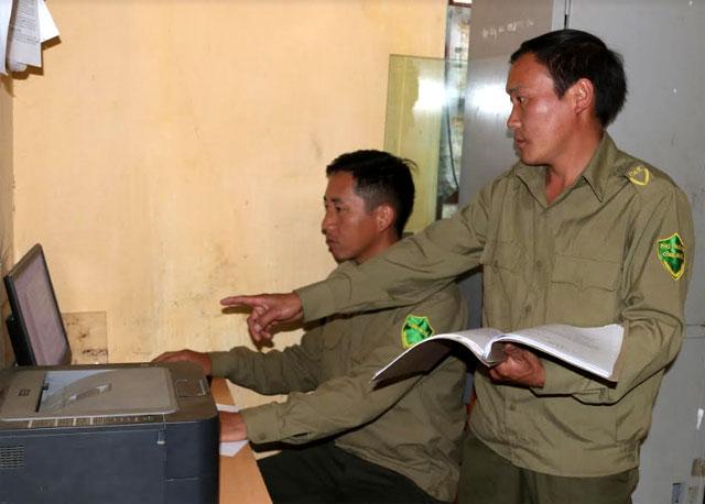 Ban Công an xã Lao Chải thường xuyên cập nhật dữ liệu, hồ sơ các đối tượng trong diện quản lý.