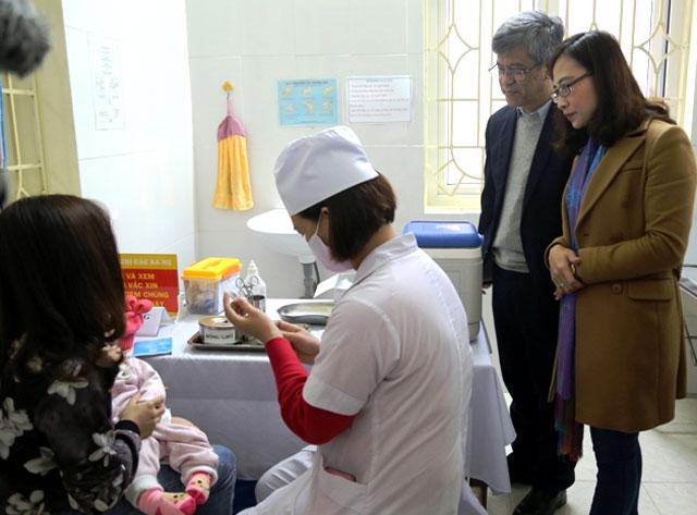 Giáo sư, tiến sỹ Đặng Đức Anh- Viện trưởng Viện Vệ sinh dịch tễ Trung ương và lãnh đạo Sở Y tế tỉnh Yên Bái giám sát tiêm vắc xin ComBE Five tại Trạm Y tế phường Nam Cường, thành phố Yên Bái.