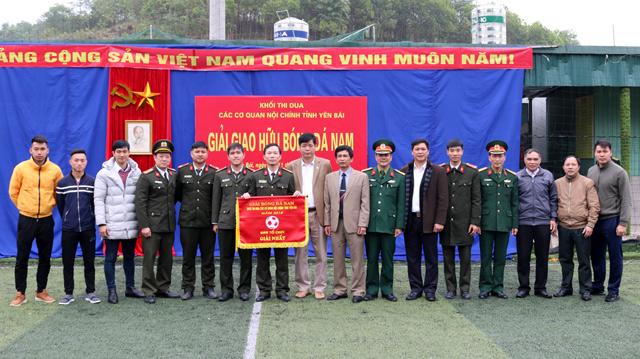 Lãnh đạo các cơ quan trong khối trao giải và chụp ảnh lưu niệm vơi đội bóng đá Công an tỉnh.