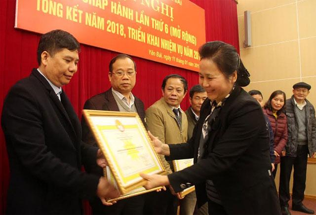 Thừa ủy quyền, đồng chí Ngô Thị Chinh - Chủ tịch Hội Khuyến học tỉnh, trao bằng khen của Ban Chấp hành Trung ương Hội Khuyến học Việt Nam cho các tập thể.