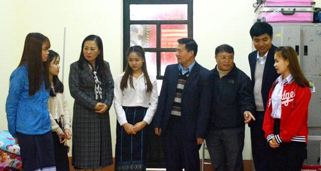 Đoàn cán bộ Đại sứ quán nước CHDCND Lào thăm khu ký túc xá học sinh Lào tại Trường Cao đẳng Sư phạm Yên Bái.