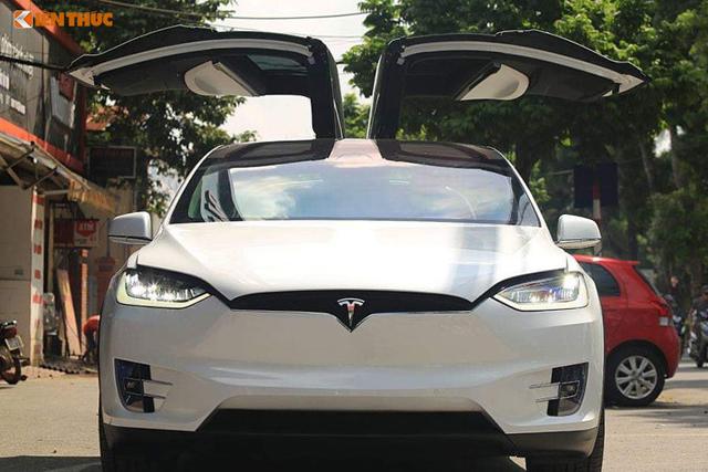 Chiếc xe có kiểu cửa cánh chim ở hai hàng ghế sau được mở hất lên trời rất ấn tương.