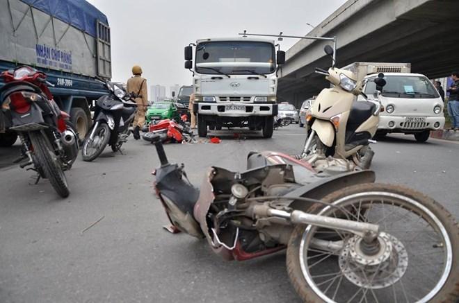 Nhiều xe máy ngã la liệt sau cú đâm của xe bồn