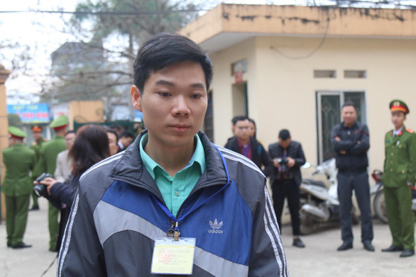 Bị cáo Hoàng Công Lương đến tòa tham gia phiên xét xử sáng 14-1