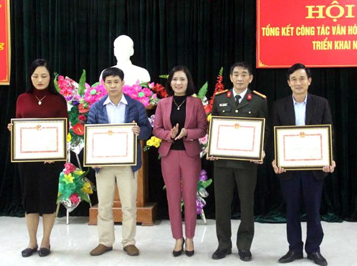 Thừa ủy quyền của Bộ VH-TT-DL, đồng chí Lê Thị Thanh Bình – Giám đốc Sở VH-TT-DL trao bằng khen cho các tập thể có nhiều đóng góp cho sự nghiệp xây dựng và phát triển ngành VH-TT-DL.