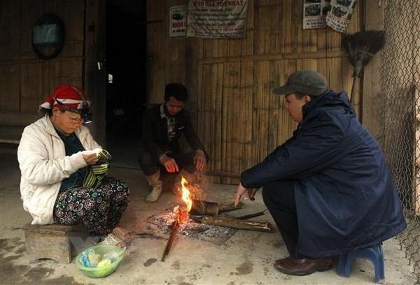 Người dân thị trấn Sa Pa đốt lửa sưởi ấm những ngày giá rét.