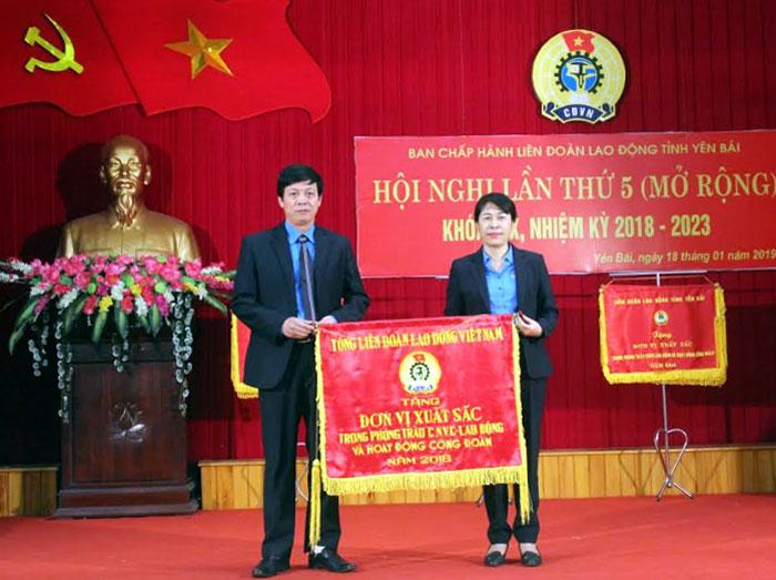 Đồng chí Trịnh Thanh Hằng - Ủy viên Đoàn Chủ tịch Tổng Liên đoàn Lao động Việt Nam trao cờ thi đua của Tổng Liên đoàn cho tập thể Công đoàn Viên chức tỉnh Yên Bái đã có thành tích xuất sắc trong phong trào CNVCLĐ và hoạt động công đoàn năm 2018.