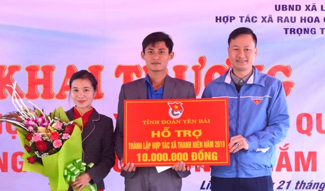 Lãnh đạo Tỉnh đoàn Yên Bái trao biển hỗ trợ 10 triệu đồng cho Hợp tác xã Rau, hoa, quả công nghệ cao của anh Nguyễn Thế Trọng ở xã Liễu Đô, huyện Lục Yên.
