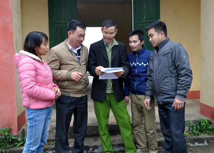 Đảng viên Chi bộ thôn Núi Vì trao đổi nâng cao chất lượng sinh hoạt chi bộ tại cơ sở.