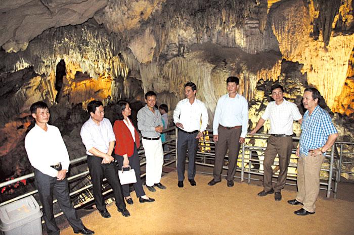 Đồng chí Dương Văn Tiến - Phó Chủ tịch UBND tỉnh kiểm tra công tác đầu tư và khai thác du lịch ở xã Khai Trung, huyện Lục Yên.