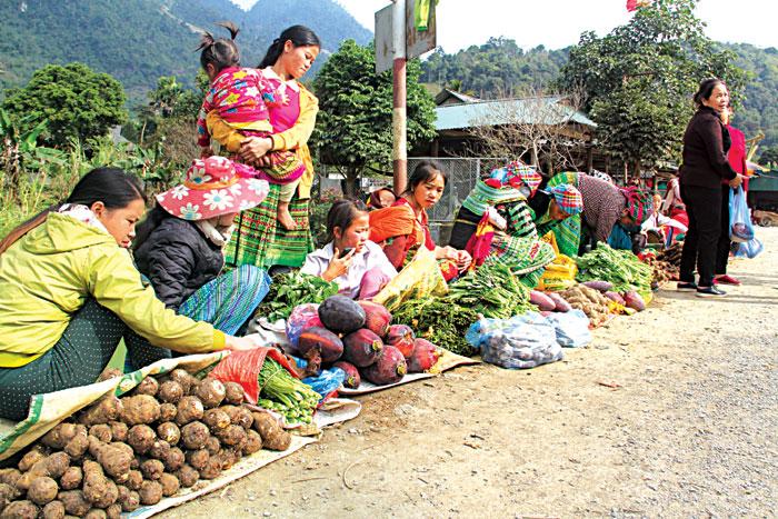 """Ngày càng nhiều mặt hàng nông sản được người dân bày bán ở  chợ """"5 nghìn""""."""