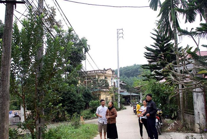 Người dân thôn Phú Nhuận đồng lòng xây dựng hệ thống đèn chiếu sáng các tuyến đường trong thôn.