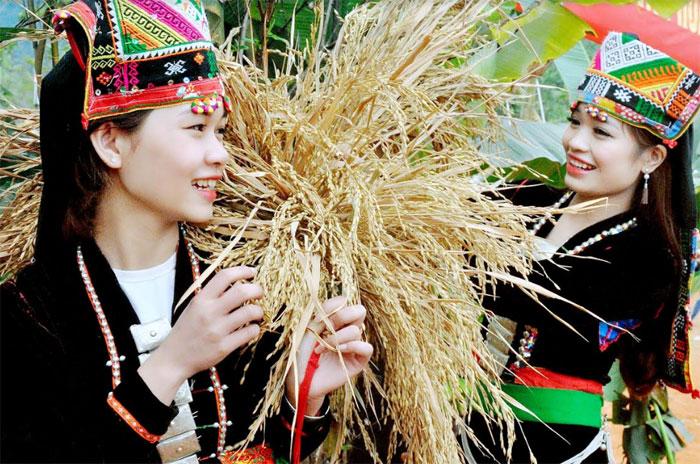 Các thiếu nữ Khơ Mú trong trang phục truyền thống.