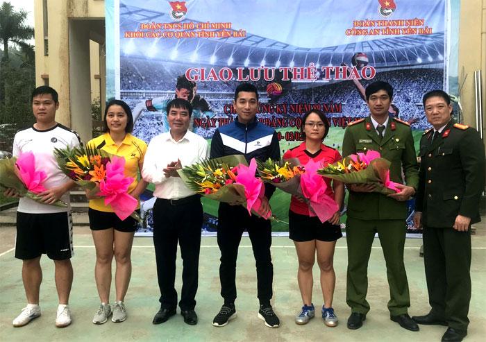Lãnh đạo Đảng ủy Khối và đại diện Công an tỉnh tặng hoa cho các vận động viên.