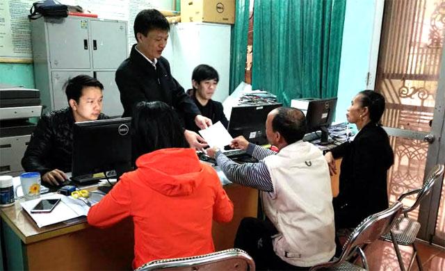 Cán bộ Bảo hiểm xã hội huyện Trấn Yên tuyên truyền những điểm mới về Luật Bảo hiểm y tế cho người dân trên địa bàn.
