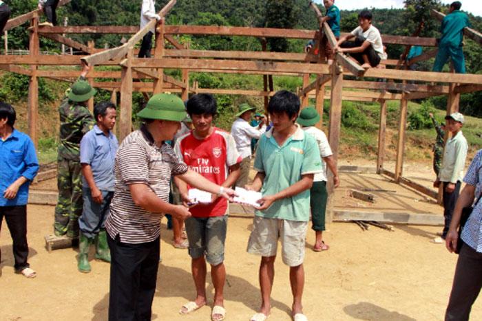 Đồng chí Giàng A Tông - Bí thư Huyện ủy Mù Cang Chải kiểm tra khắc phục hậu quả thiên tai (năm 2018) tại xã Nậm Có và trao tiền hỗ trợ cho các hộ bị thiệt hại về nhà ở.