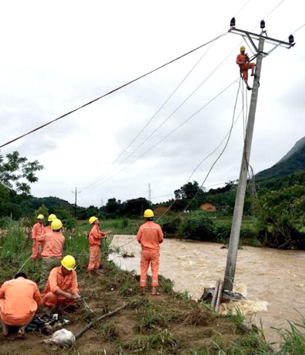 Công nhân Điện lực Nghĩa Lộ kịp thời sửa chữa đường dây do ảnh hưởng của cơn bão số 3 (tháng 7/2018) gây ra.