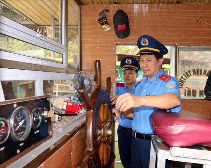 Thanh tra giao thông (Sở Giao thông - Vận tải) kiểm tra an toàn kỹ thuật phương tiện thủy nội địa.