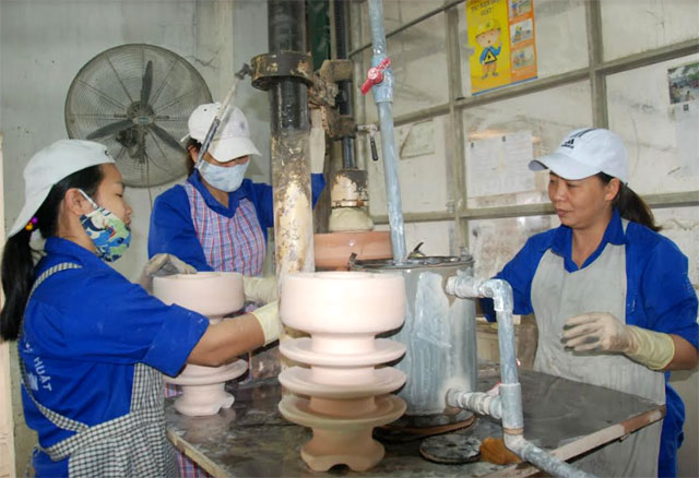Công nhân Công ty cổ phần Sứ kỹ thuật Hoàng Liên Sơn phát huy sáng kiến, cải tiến kỹ thuật góp phần nâng cao hiệu quả sản xuất, kinh doanh.