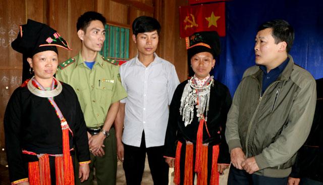 Lãnh đạo xã Suối Quyền, huyện Văn Chấn trao đổi với người dân về hiệu lực, hiệu quả của đề án sáp nhập thôn, bản, tổ dân phố. (Ảnh: Thanh Chi)