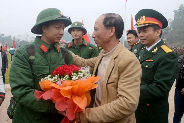 Người thân tiễn tân binh lên đường nhập ngũ tại Lễ giao nhận quân huyện Trấn Yên năm 2017. (Ảnh: Thanh Chi)