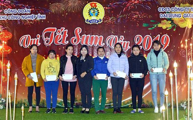 """Công nhân lao động được tặng quà trong """"Tết Sum vầy năm 2019"""" do Công đoàn Các khu công nghiệp tỉnh tổ chức tại Công ty TNHH Daeseung Global Yên Bình."""