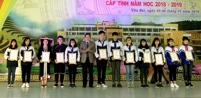 Đồng chí Vương Văn Bằng – Giám đốc GD&ĐT trao giải Nhất cho các thí sinh.
