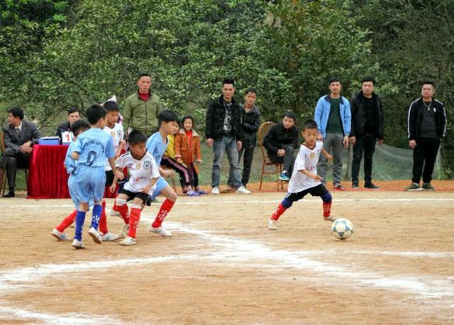 Các em học sinh tham gia Giải bóng đá Nhi đồng huyện Yên Bình.