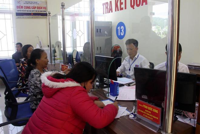 Đa số người dân Yên Bái vẫn đến nơi cung cấp dịch vụ để thực hiện thủ tục hành chính.