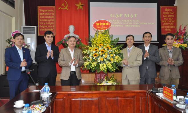 Đồng chí Dương Văn Thống - Phó Bí thư Thường trực Tỉnh ủy, Trưởng đoàn Đại biểu Quốc hội tỉnh tặng hoa, quà chúc mừng Ban Nội chính Tỉnh ủy.