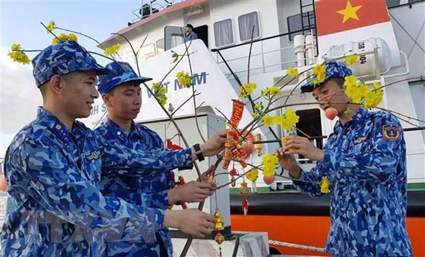 Các chiến sỹ tàu 9004 trang trí, chuẩn bị nhưng phần quà gửi tặng cán bộ, chiến sỹ, nhân dân đảo Bạch Long Vĩ.
