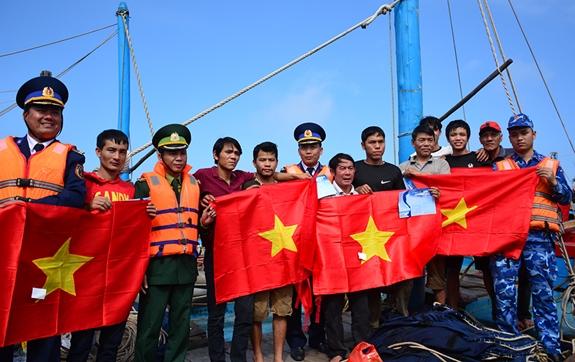 Bộ tư lệnh Vùng Cảnh sát biển 1 tặng quà Tết cho ngư dân huyện đảo Bạch Long Vĩ