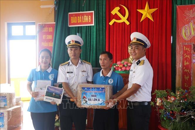 Tặng quà Tết Canh Tý 2020 tại đảo Đá Lớn B, quần đảo Trường Sa, tỉnh Khánh Hòa.