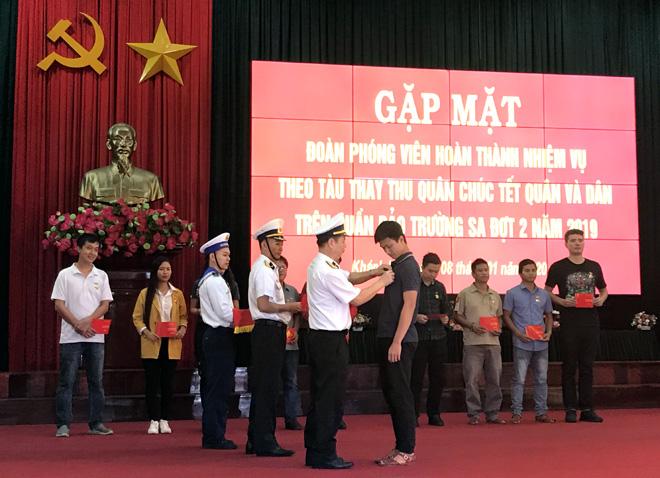 Lãnh đạo Bộ Tư lệnh Vùng 4 Hải quân trao Kỷ niệm chương cho các cá nhân sau chuyến hải trình.