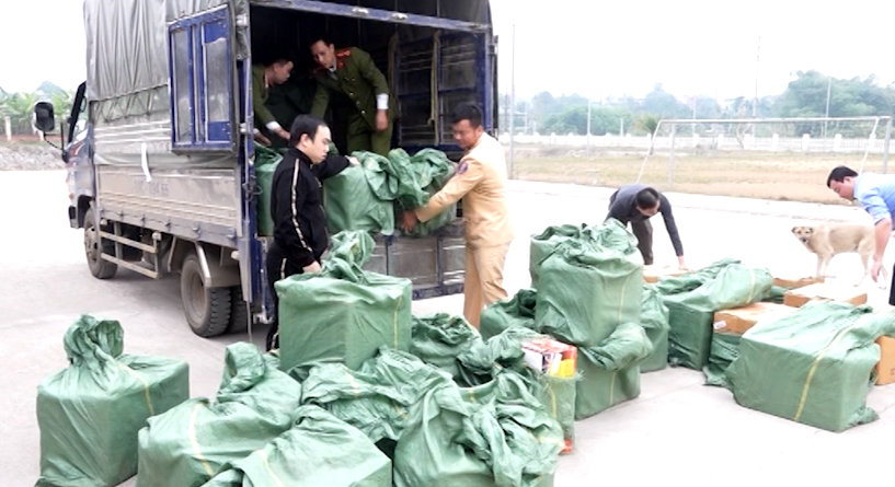 Tang vật pháo nổ trái phép bị Đội Cảnh sát điều tra tội phạm về kinh tế và ma túy Công an huyện Văn Yên, tỉnh Yên Bái phối hợp với Cục Cảnh sát giao thông, Bộ Công an, phát hiện, bắt giữ vụ vận chuyển trái phép gần 1,1 tấn.