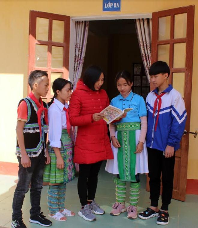Cô giáo Bùi Thị Trang bổ sung kiến thức Lịch sử cho học sinh trong giờ ra chơi.