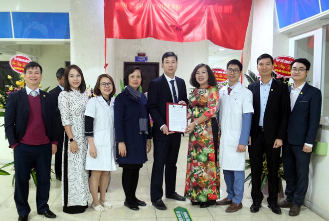 Bác sỹ chuyên khoa II Trần Lan Anh - Giám đốc Bệnh viện Đa khoa tỉnh trao Quyết định thành lập Đơn vị phẫu thuật tạo hình và thẩm mỹ.