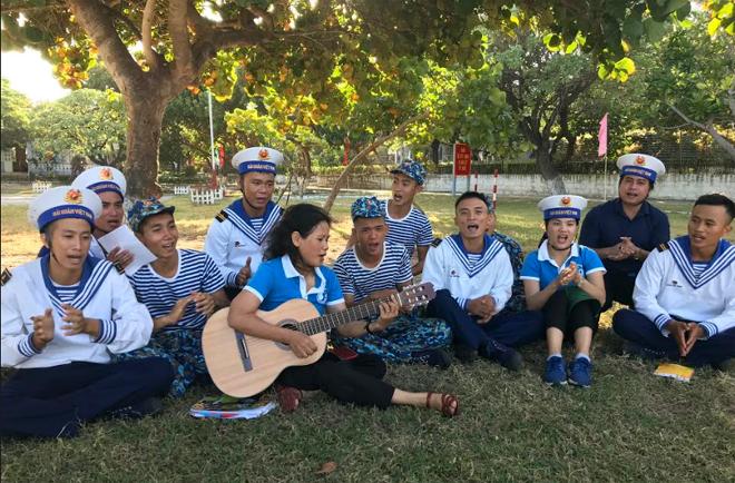 Phóng viên Tô Anh Hải của Báo Yên Bái (thứ 2 từ phải qua) cùng thành viên của Câu lạc bộ tuổi trẻ vì biển đảo quê hương tập văn nghệ cùng các chiến sỹ hải quân trên đảo Song Tử Tây.