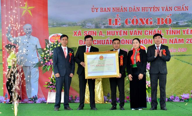 Đồng chí Nguyễn Phúc Cường – Phó Giám đốc Sở Nông nghiệp và Phát triển nông thôn trao Quyết định công nhận xã Sơn A đạt chuẩn nông thôn mới năm 2019.