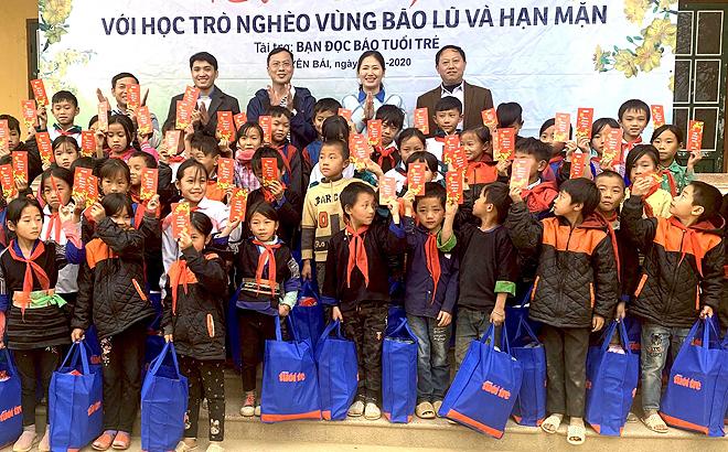 Lãnh đạo Tỉnh đoàn và Báo Tuổi trẻ thành phố Hồ Chí Minh tặng quà cho các em nhỏ tại Trường Tiểu học và THCS xã Chế Tạo, huyện Mù Cang Chải
