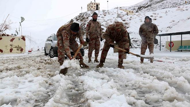 Nhân viên bán quân sự Pakistan dọn tuyết tại các con đường gần biên giới Afghanistan ở Chaman vào ngày 12/1.