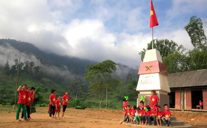 Trẻ em vùng cao Nà Hẩu vui chơi bên cột cờ Trường Sa.