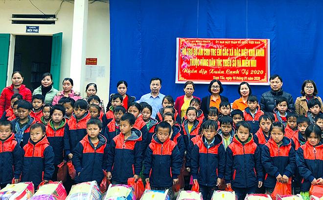 Lãnh đạo Sở Lao động - Thương binh và Xã hội tặng quà cho các trẻ em nghèo.