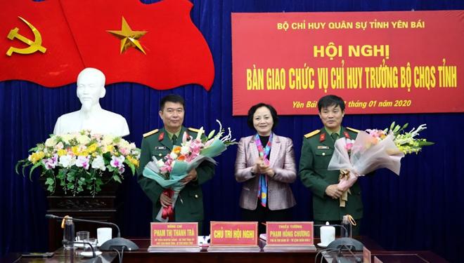 Thủ trưởng Bộ Tư lệnh Quân khu và lãnh đạo tỉnh Yên Bái tặng hoa chúc mừng hai đồng chí được điều động, bổ nhiệm.
